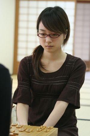 将棋盤を見つめる室田伊緒